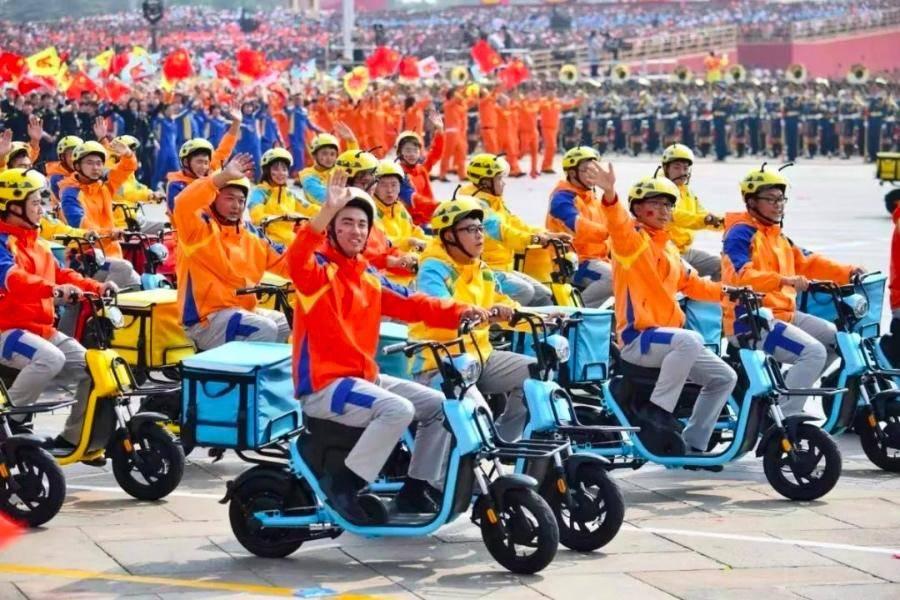 """国庆70周年庆典,多了一抹""""快递色"""""""