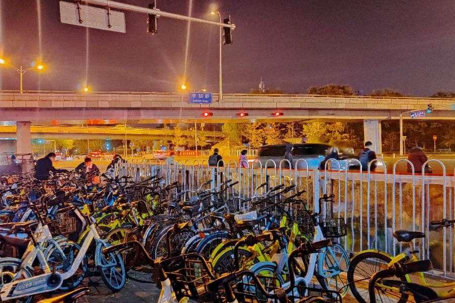 地铁站口的共享单车
