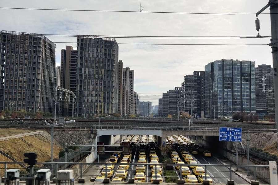 城市主干道上大量出租车,嘀嗒出行