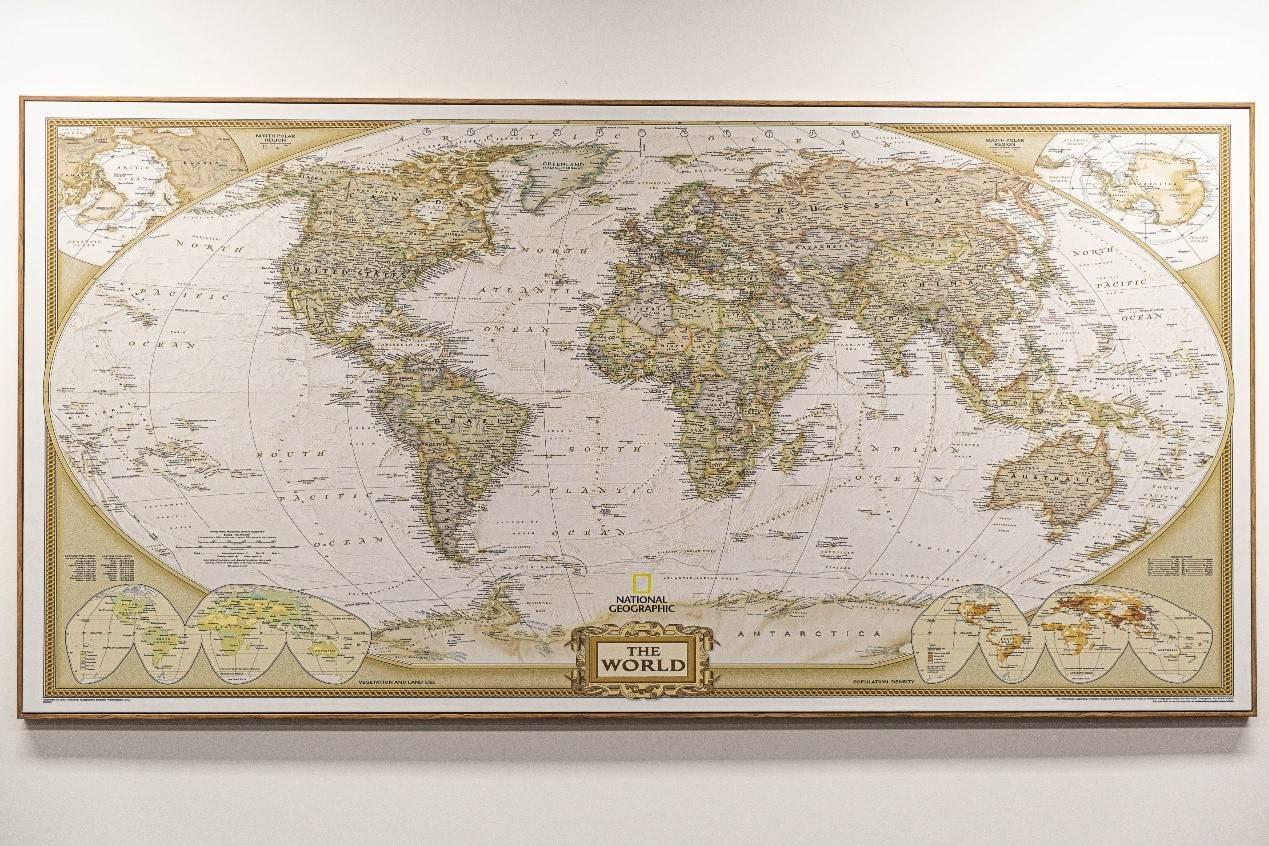 位于闵万里办公室墙上的古代世界地图