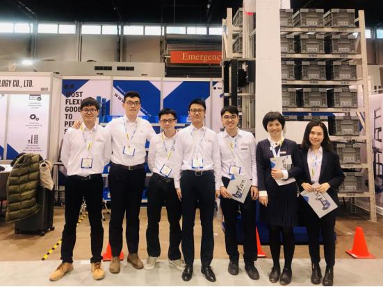 陈宇奇(左二)与其团队成员在东京IREX展会现场