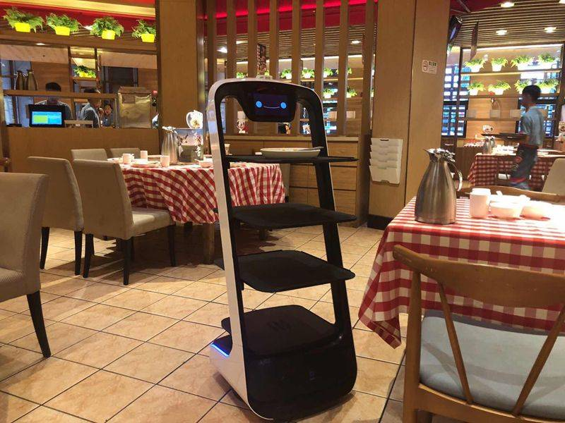 普渡科技送餐机器人在西贝莜面村做事。